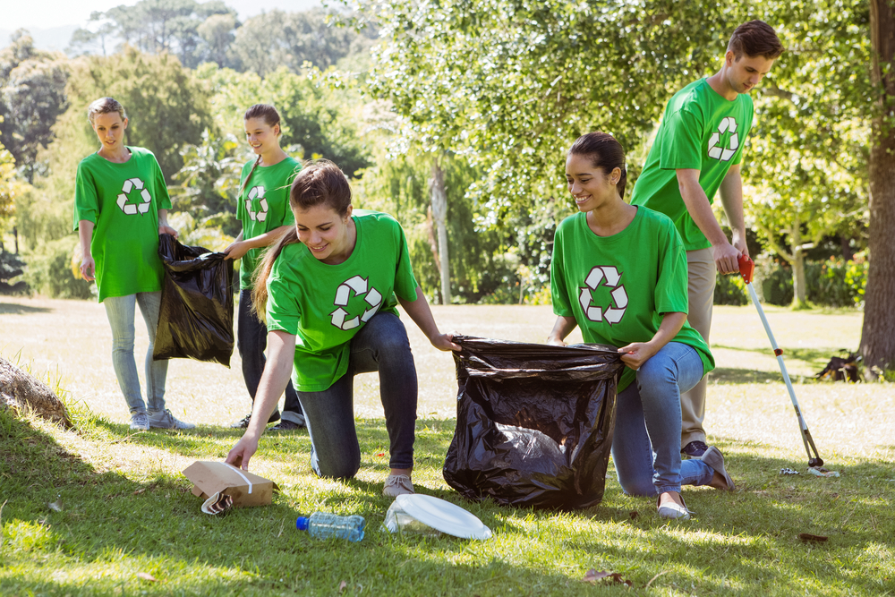 students-helping-cleanup-community